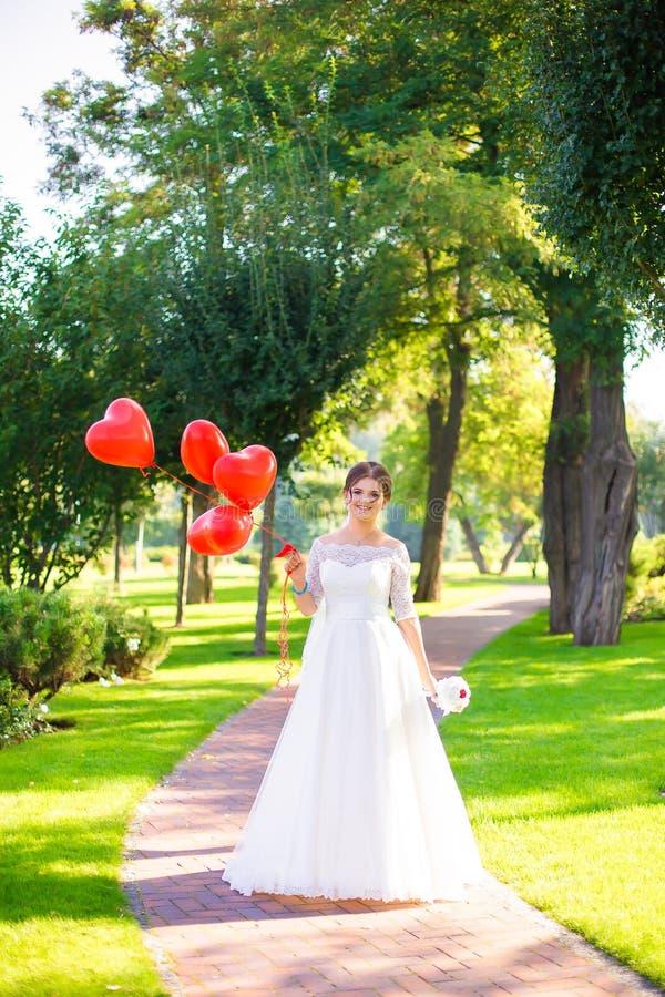 Ευτυχής νύφη και κόκκινα ballons στοκ εικόνα με δικαίωμα ελεύθερης χρήσης