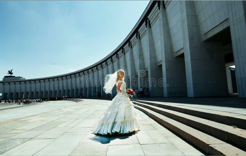 Ευτυχής νύφη που χορεύει στο πάρκο Μόσχα νίκης στοκ φωτογραφία με δικαίωμα ελεύθερης χρήσης