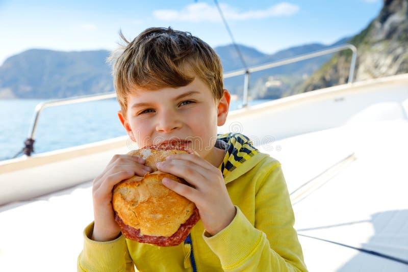 Ευτυχής ξανθή απόλαυση αγοριών παιδιών που πλέει το ταξίδι βαρκών Οικογενειακές διακοπές στον ωκεανό ή τη θάλασσα την ηλιόλουστη  στοκ εικόνες