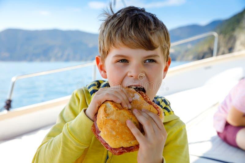 Ευτυχής ξανθή απόλαυση αγοριών παιδιών που πλέει το ταξίδι βαρκών Οικογενειακές διακοπές στον ωκεανό ή τη θάλασσα την ηλιόλουστη  στοκ φωτογραφίες