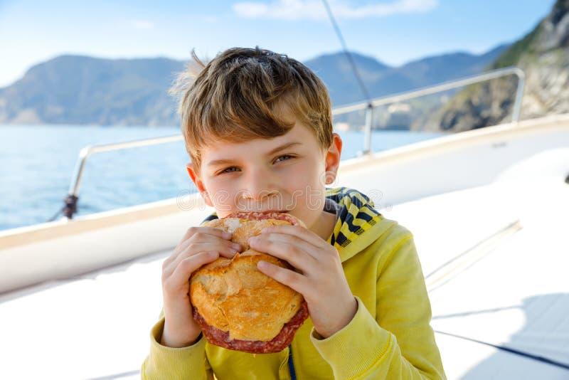 Ευτυχής ξανθή απόλαυση αγοριών παιδιών που πλέει το ταξίδι βαρκών Οικογενειακές διακοπές στον ωκεανό ή τη θάλασσα την ηλιόλουστη  στοκ φωτογραφίες με δικαίωμα ελεύθερης χρήσης