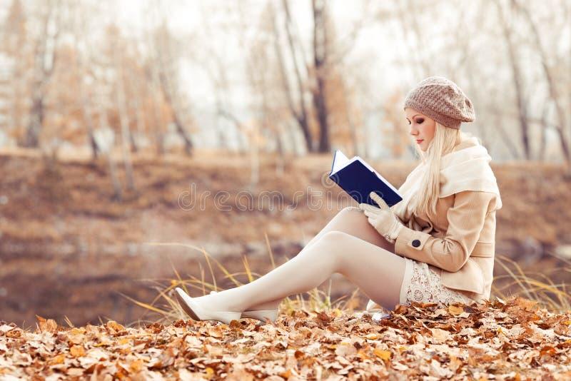 Ευτυχής ξανθή γυναίκα στο πάρκο φθινοπώρου στοκ φωτογραφία