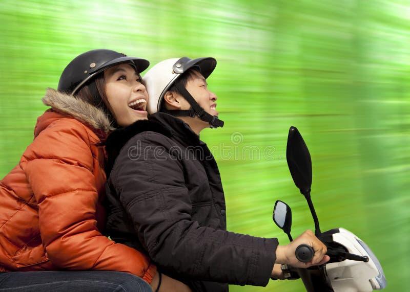 ευτυχής οδήγηση ζευγών στοκ εικόνες