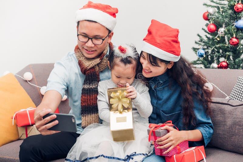 Ευτυχής οικογένεια Ασία selfie με κινητό στον καναπέ, τον πατέρα και τη μητέρα W στοκ φωτογραφία με δικαίωμα ελεύθερης χρήσης