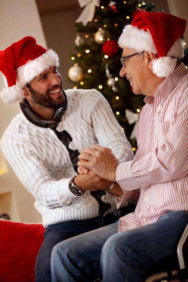 Ευτυχής οικογένεια - ηλικιωμένος πατέρας με τα Χριστούγεννα εξόδων γιων του ho στοκ εικόνες με δικαίωμα ελεύθερης χρήσης