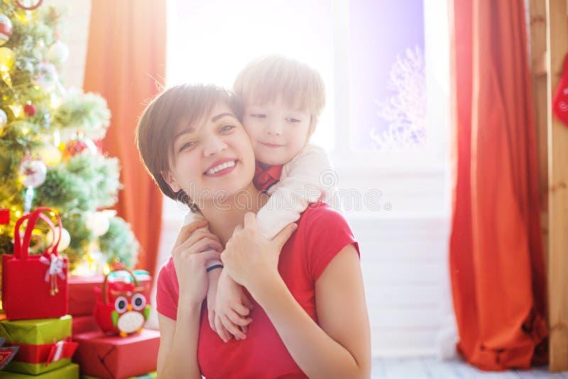 Ευτυχής οικογένεια και Χαρούμενα Χριστούγεννα στοκ εικόνες