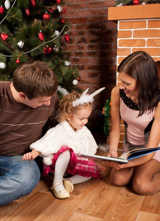 Ευτυχής οικογένεια κοντά στο χριστουγεννιάτικο δέντρο στοκ εικόνες