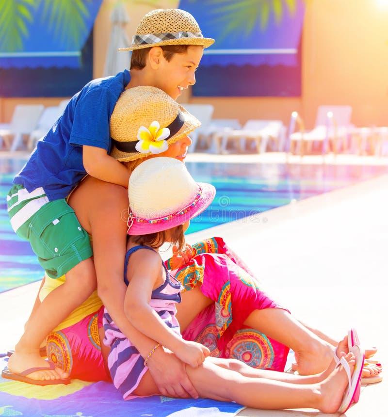 Ευτυχής οικογένεια κοντά στο poolside στοκ εικόνες με δικαίωμα ελεύθερης χρήσης