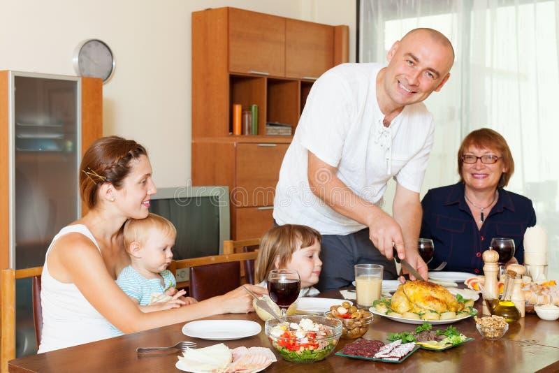 Ευτυχής οικογένεια μαζί πέρα από να δειπνήσει τον πίνακα στοκ φωτογραφίες