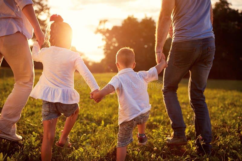 Ευτυχής οικογένεια μαζί, πίσω έννοια άποψης στοκ εικόνες