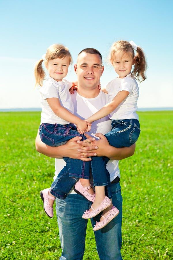 Ευτυχής οικογένεια μαζί στο υπαίθριο πάρκο στην ηλιόλουστη ημέρα. Μπαμπάς και δύο στοκ φωτογραφίες με δικαίωμα ελεύθερης χρήσης
