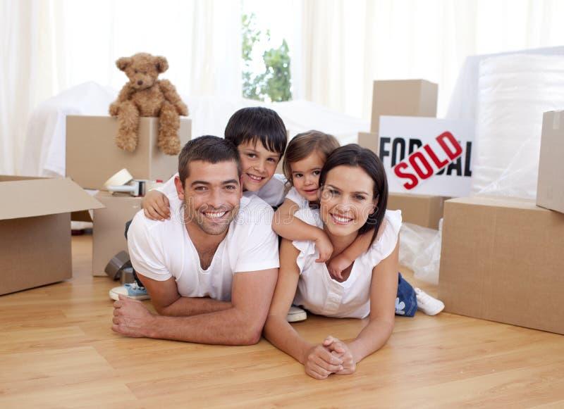 Ευτυχής οικογένεια μετά από να αγοράσει το καινούργιο σπίτι στοκ φωτογραφίες με δικαίωμα ελεύθερης χρήσης