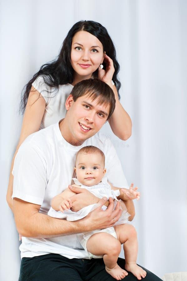 Ευτυχής οικογένεια με ένα μωρό στοκ φωτογραφίες