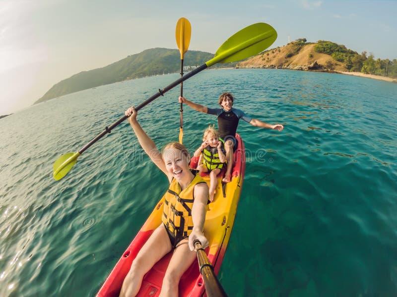 Ευτυχής οικογένεια με παιδιών στον τροπικό ωκεανό στοκ εικόνες με δικαίωμα ελεύθερης χρήσης