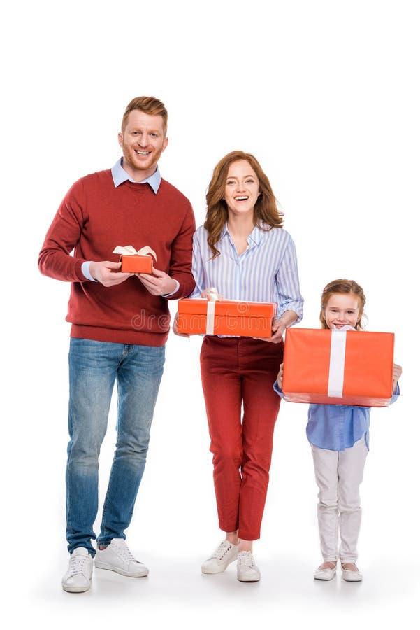 ευτυχής οικογένεια με τα δώρα μιας εκμετάλλευσης παιδιών και χαμόγελο στη κάμερα στοκ φωτογραφία με δικαίωμα ελεύθερης χρήσης