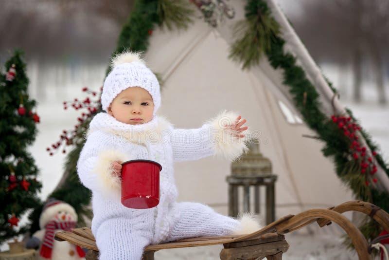 Ευτυχής οικογένεια με τα παιδιά, που έχουν τη διασκέδαση υπαίθρια στο χιόνι σε Χριστό στοκ φωτογραφίες με δικαίωμα ελεύθερης χρήσης