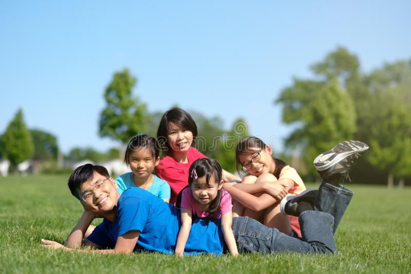 Ευτυχής οικογένεια με τα παιδιά υπαίθρια κατά τη διάρκεια του καλοκαιριού στοκ φωτογραφία