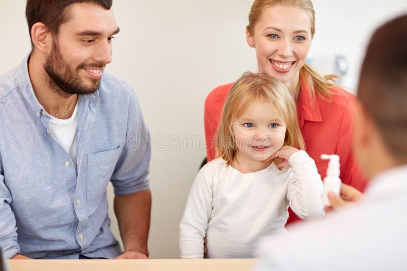 Ευτυχής οικογένεια με την κόρη και το γιατρό στην κλινική στοκ εικόνες με δικαίωμα ελεύθερης χρήσης