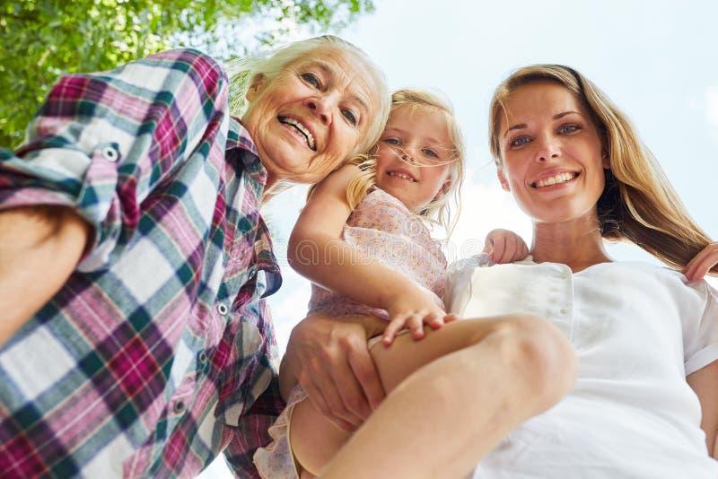 Ευτυχής οικογένεια με τις γυναίκες σε 3 γενεές στοκ εικόνες