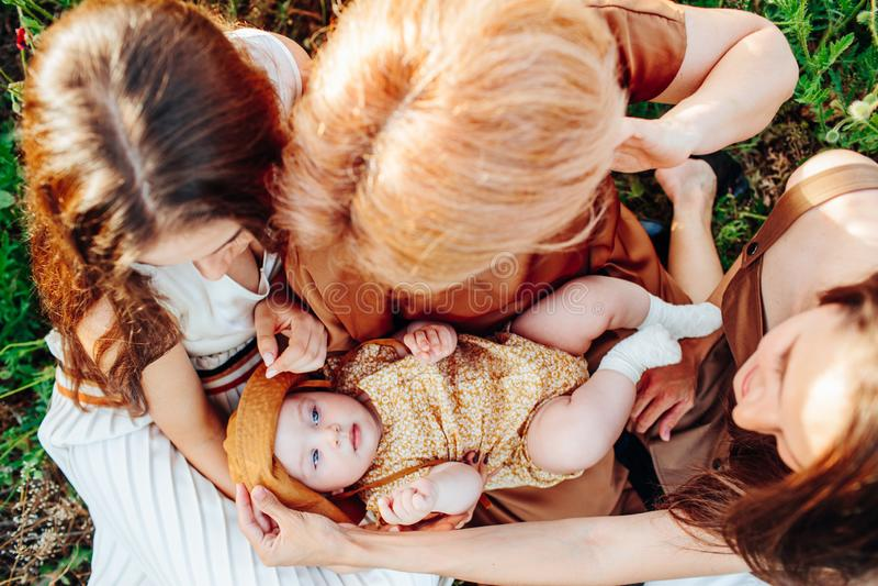 Ευτυχής οικογένεια με τον περίπατο μωρών παιδιών μωρών στη φύση στοκ φωτογραφίες