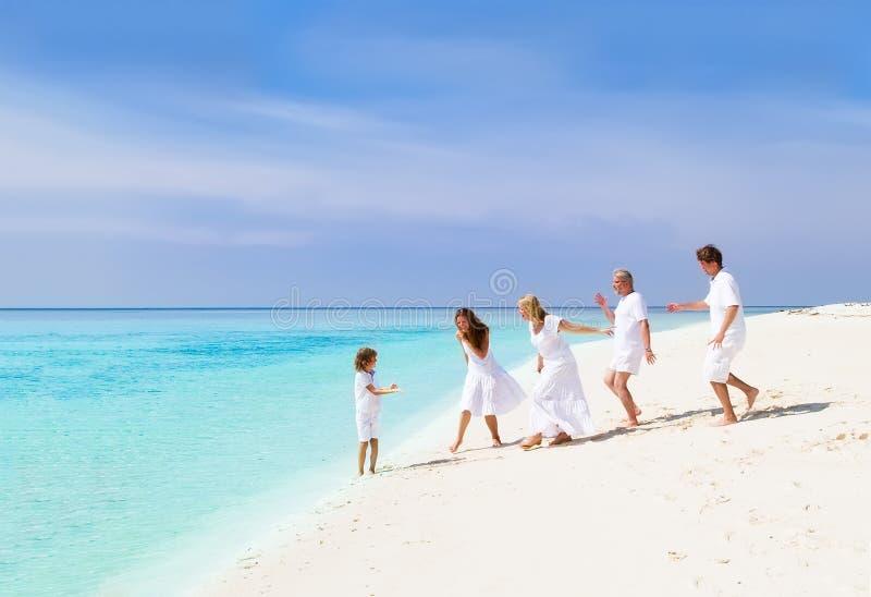 Ευτυχής οικογένεια με τους παππούδες και γιαγιάδες που παίζουν στην παραλία στοκ φωτογραφία με δικαίωμα ελεύθερης χρήσης