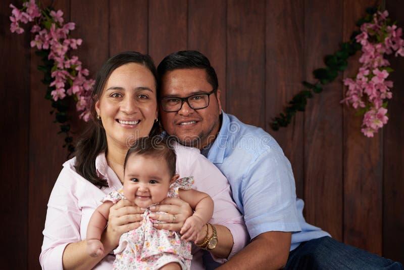 Ευτυχής οικογένεια με το μικρό μωρό στοκ φωτογραφίες
