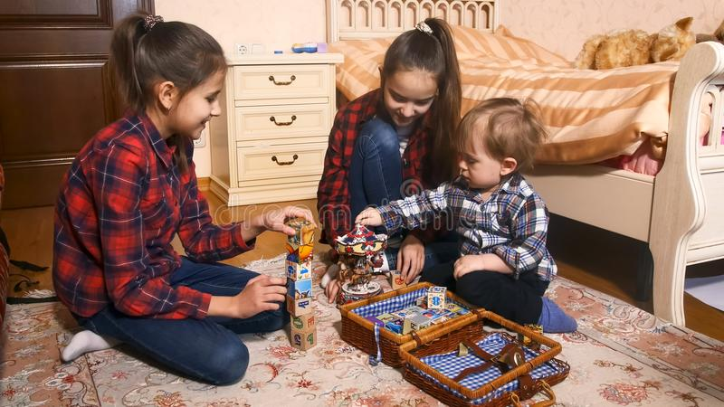 Ευτυχής οικογένεια με το παιχνίδι αγοριών μικρών παιδιών με τα παιχνίδια στοκ φωτογραφίες με δικαίωμα ελεύθερης χρήσης