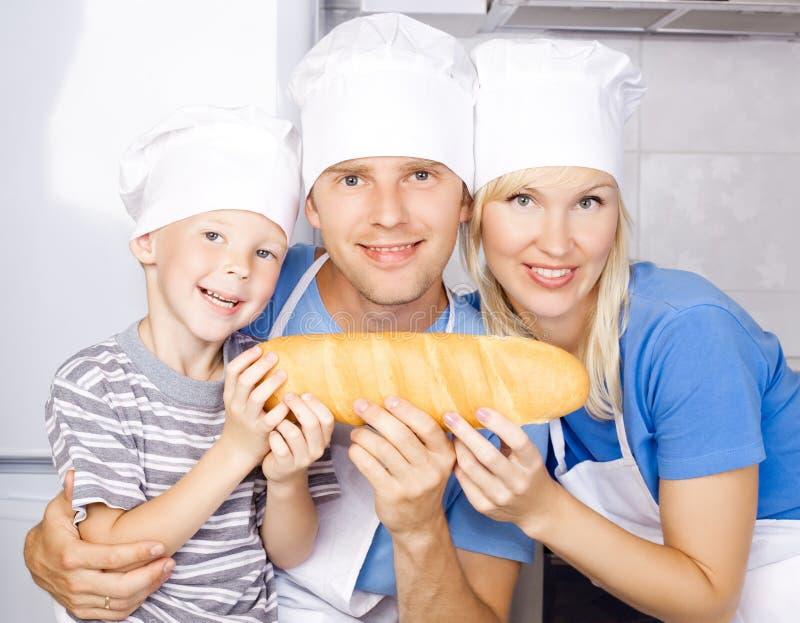 Ευτυχής οικογένεια με το ψωμί στοκ εικόνες