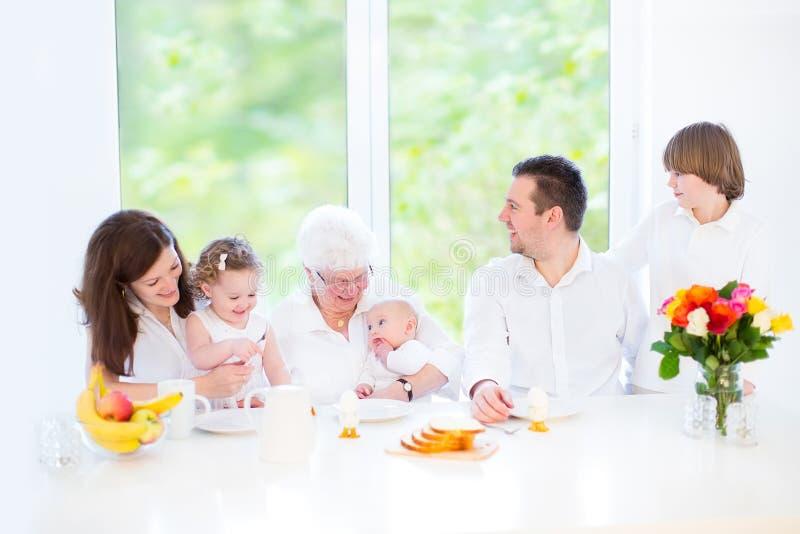 Ευτυχής οικογένεια με τρία παιδιά που επισκέπτονται τη γιαγιά στοκ φωτογραφίες με δικαίωμα ελεύθερης χρήσης
