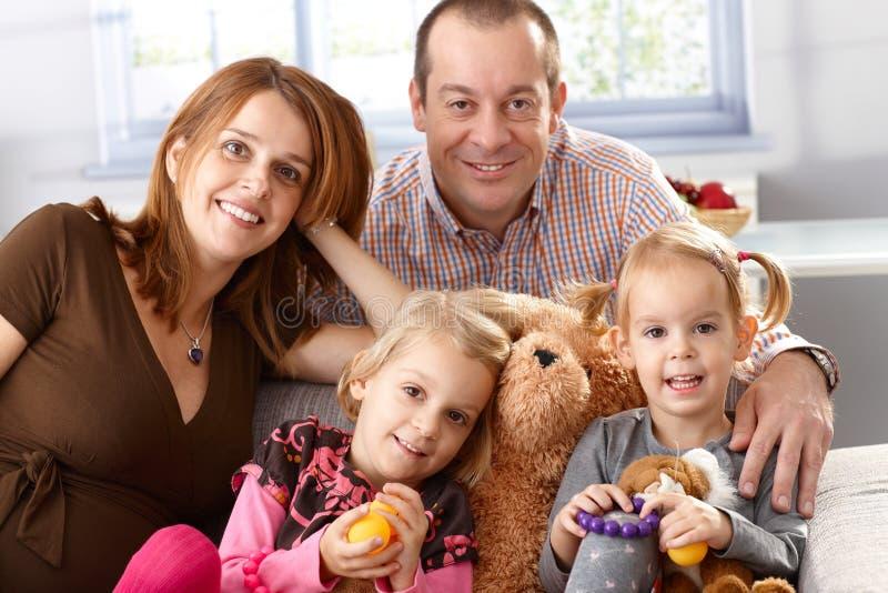 Ευτυχής οικογένεια με δύο κόρες στοκ φωτογραφία με δικαίωμα ελεύθερης χρήσης