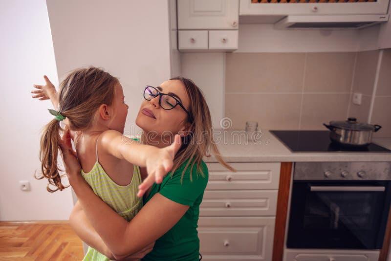 Ευτυχής οικογένεια - μητέρα και κόρη που απολαμβάνουν στο σπίτι, ευτυχείς, smil στοκ εικόνα