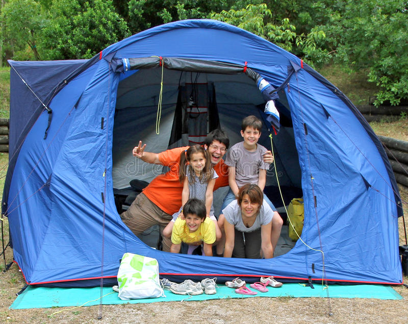 Ευτυχής οικογένεια πέντε στη στρατοπέδευση σκηνών στοκ εικόνα