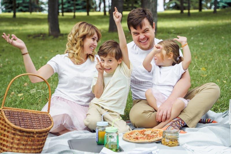 Ευτυχής οικογένεια που έχει τη διασκέδαση μαζί στη φύση στοκ εικόνες