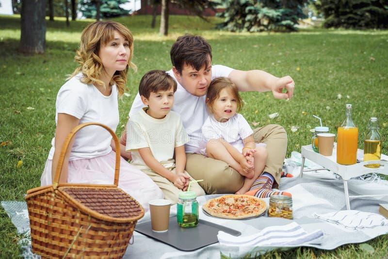 Ευτυχής οικογένεια που έχει τη διασκέδαση μαζί στη φύση στοκ εικόνες με δικαίωμα ελεύθερης χρήσης