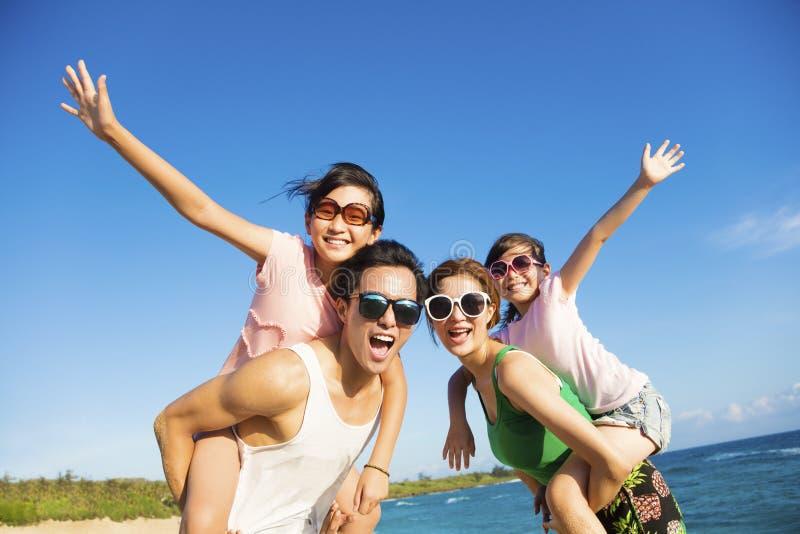 Ευτυχής οικογένεια που έχει τη διασκέδαση στην παραλία στοκ φωτογραφία με δικαίωμα ελεύθερης χρήσης