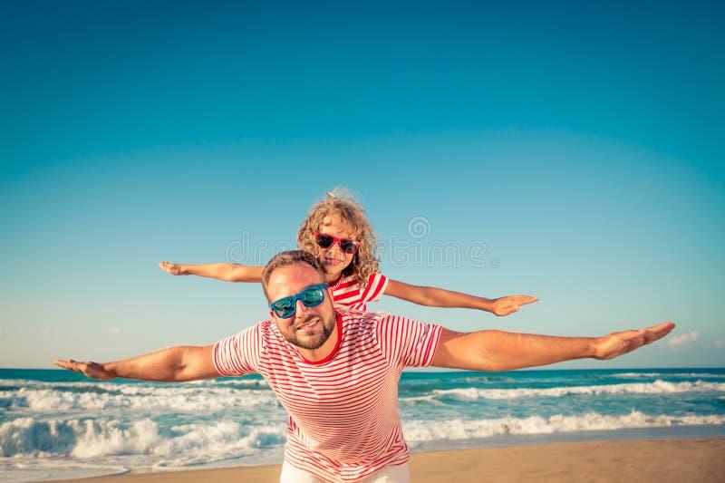 Ευτυχής οικογένεια που έχει τη διασκέδαση στις θερινές διακοπές στοκ εικόνες