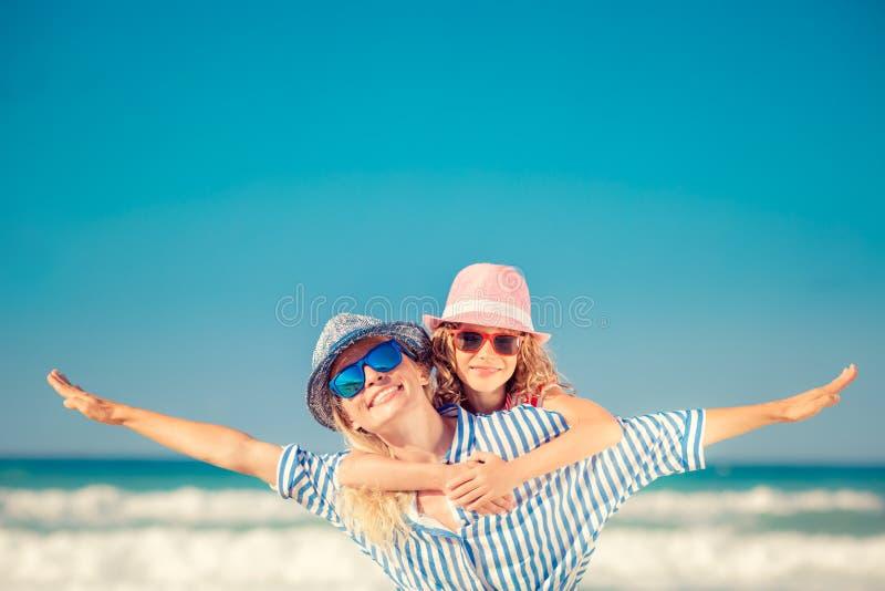 Ευτυχής οικογένεια που έχει τη διασκέδαση στις θερινές διακοπές στοκ φωτογραφίες με δικαίωμα ελεύθερης χρήσης