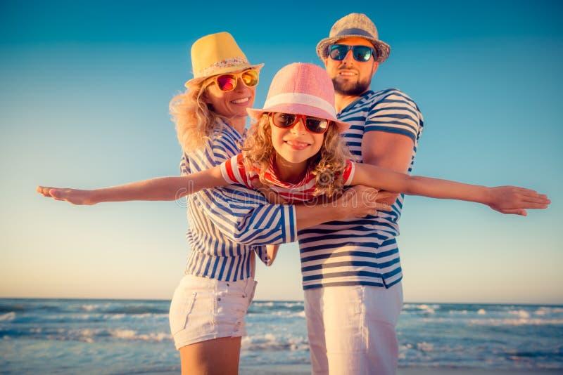 Ευτυχής οικογένεια που έχει τη διασκέδαση στις θερινές διακοπές στοκ φωτογραφία