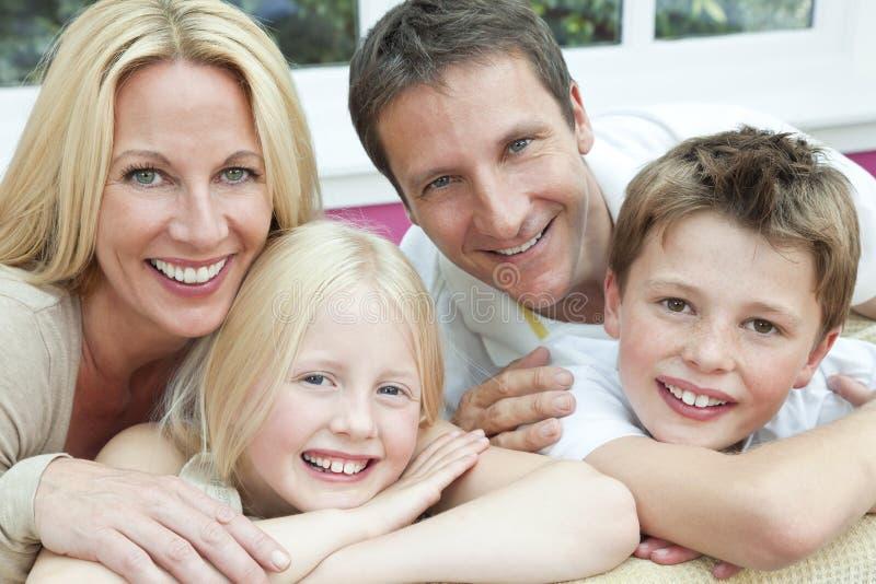 Ευτυχής οικογένεια που έχει τη συνεδρίαση διασκέδασης στο σπίτι στοκ εικόνες
