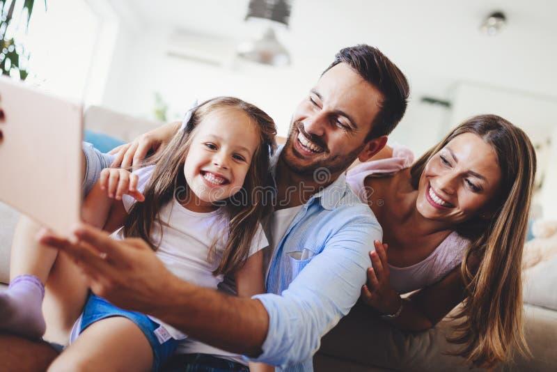 Ευτυχής οικογένεια που έχει τους χρόνους διασκέδασης στο σπίτι στοκ φωτογραφία