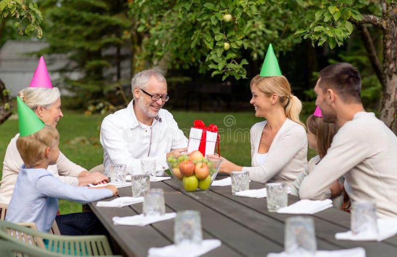 Ευτυχής οικογένεια που έχει το γεύμα διακοπών υπαίθρια στοκ εικόνες με δικαίωμα ελεύθερης χρήσης