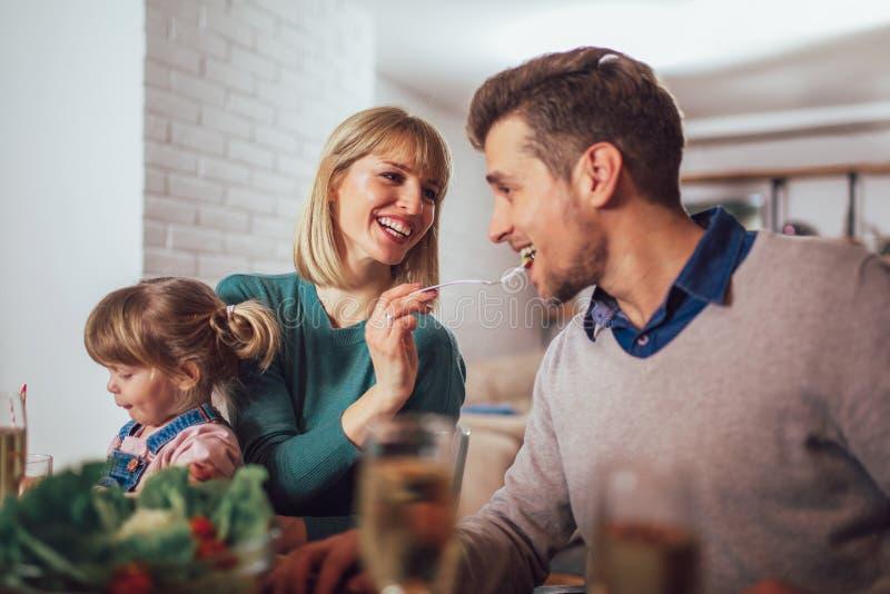 Ευτυχής οικογένεια που έχει το γεύμα στην κουζίνα στοκ εικόνες