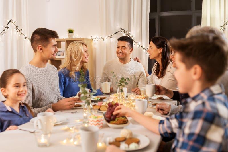 Ευτυχής οικογένεια που έχει το κόμμα τσαγιού στο σπίτι στοκ εικόνα με δικαίωμα ελεύθερης χρήσης