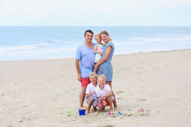 Ευτυχής οικογένεια 5 που έχουν τη διασκέδαση στην παραλία στοκ φωτογραφίες με δικαίωμα ελεύθερης χρήσης