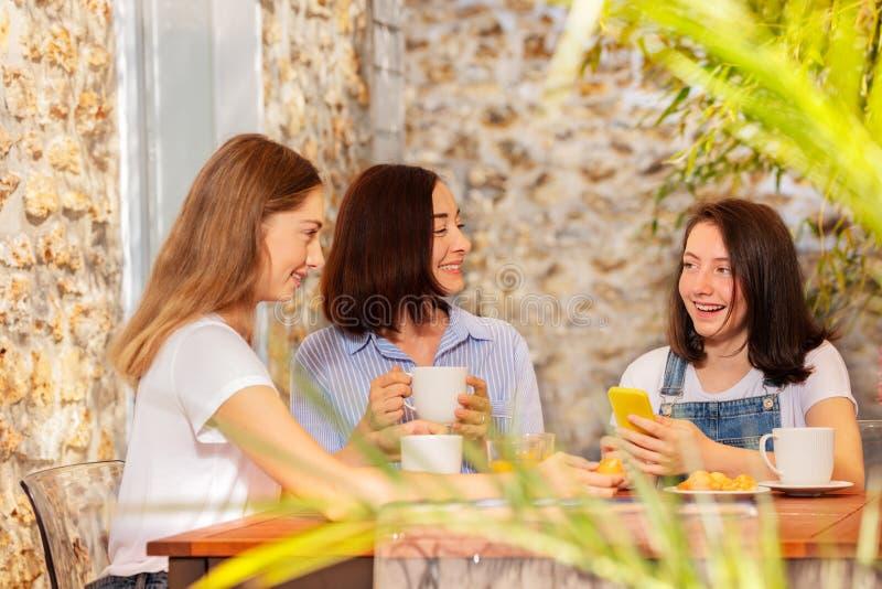 Ευτυχής οικογένεια που απολαμβάνει το πρόγευμα στον καφέ οδών στοκ φωτογραφία με δικαίωμα ελεύθερης χρήσης