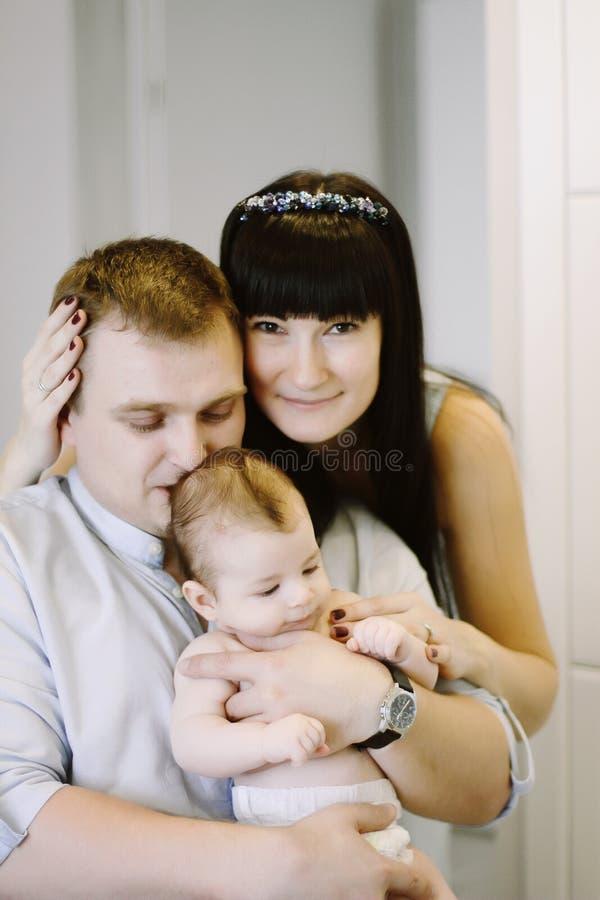 Ευτυχής οικογένεια που αποτελείται από το αγοράκι mom και μπαμπάδων ` s οικογενειακές ευτυχ&ep στοκ φωτογραφία με δικαίωμα ελεύθερης χρήσης