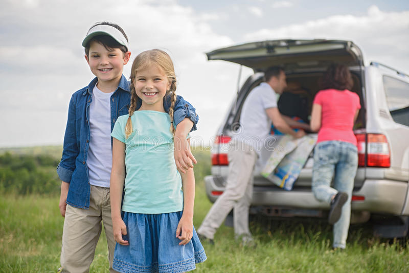 Ευτυχής οικογένεια που απολαμβάνει τις διακοπές οδικού ταξιδιού και καλοκαιριού στοκ φωτογραφίες με δικαίωμα ελεύθερης χρήσης