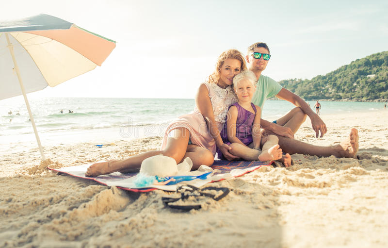 Ευτυχής οικογένεια που απολαμβάνει το χρόνο στην παραλία στοκ φωτογραφίες