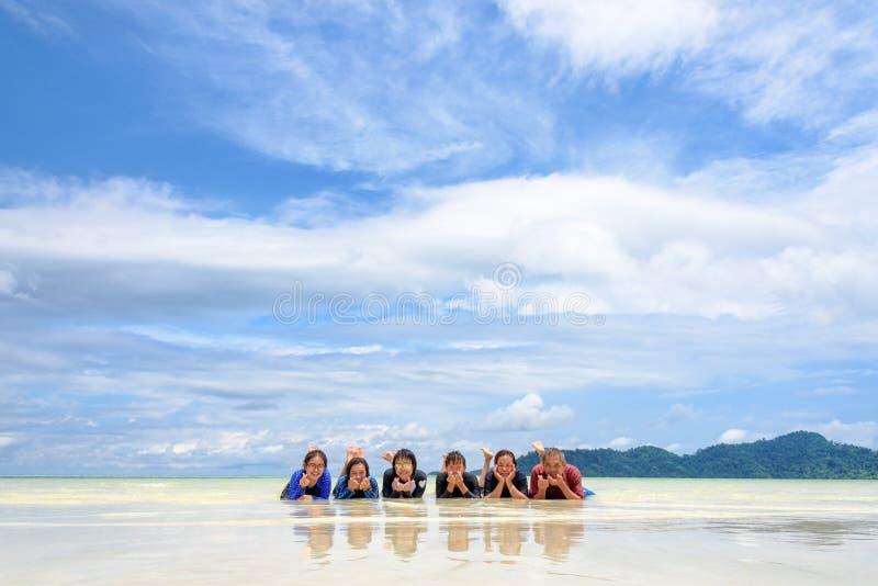 Ευτυχής οικογένεια που βρίσκεται μαζί στην παραλία, Ταϊλάνδη στοκ εικόνες με δικαίωμα ελεύθερης χρήσης