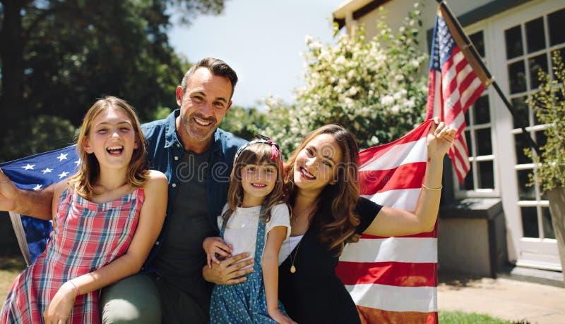 Ευτυχής οικογένεια που γιορτάζει την αμερικανική ημέρα της ανεξαρτησίας στοκ εικόνα με δικαίωμα ελεύθερης χρήσης